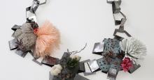Mathilde Hacquard. Halsschmuck. Kupfer, Beton, Kunststoff, Stein. Foto: Rudolf Kocea