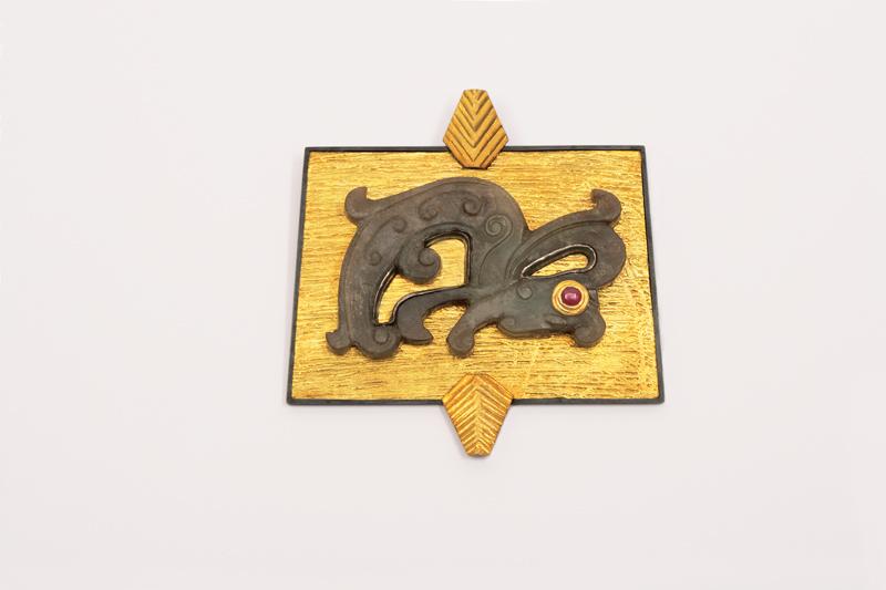Ebbe Weiss-Weingart. Brosche 'Feingoldgrund'. Chinesischer Jade (Drachenmotiv), Feingold, Silber sulfiert, Rubin. 1994. Foto Helga Schulze-Brinkop, Leipzig