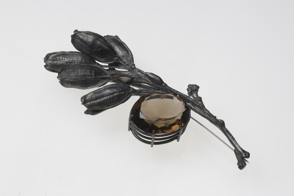 Georg Dobler. Brosche. Silber oxidiert. Rauchquarz. 2000. Foto: Archiv Gesellschaft für Goldschmiedekunst