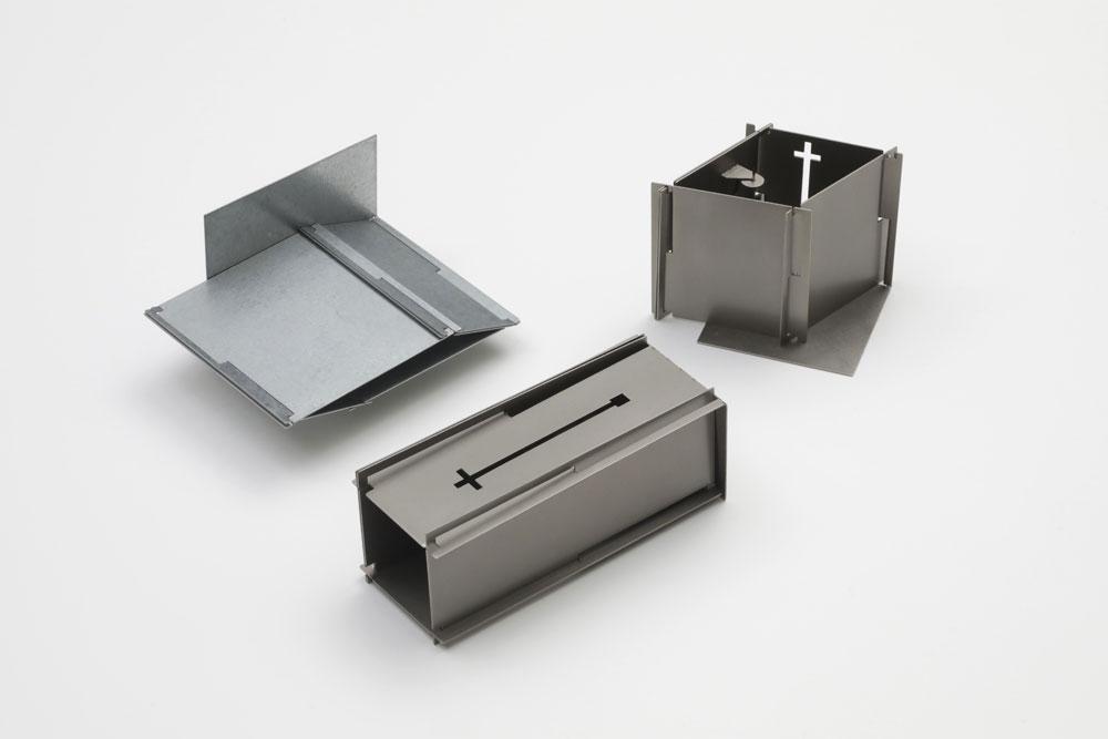 Junwon Jung. Broschen 'Box'. Steel; Titanium. 2020. Foto: Uwe Dettmar