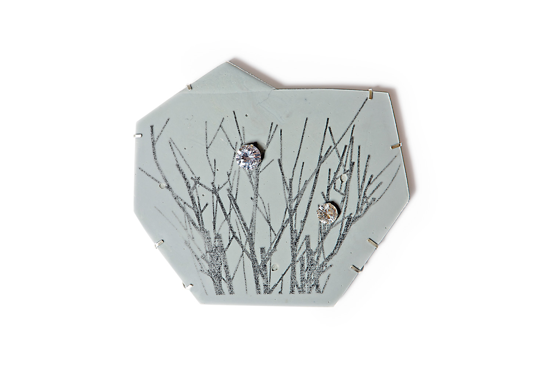 Margit Jäschke. Brosche 'Winter'. Kunststoff, Silber, Kapa Karton, Zirkonia. 2013. Foto Uwe Köhn