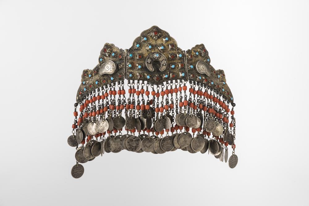 Diadem. Nach 1909. Silber, teilweise vergoldet, Korallen, Glasperlen. Foto: Thomas Dierks
