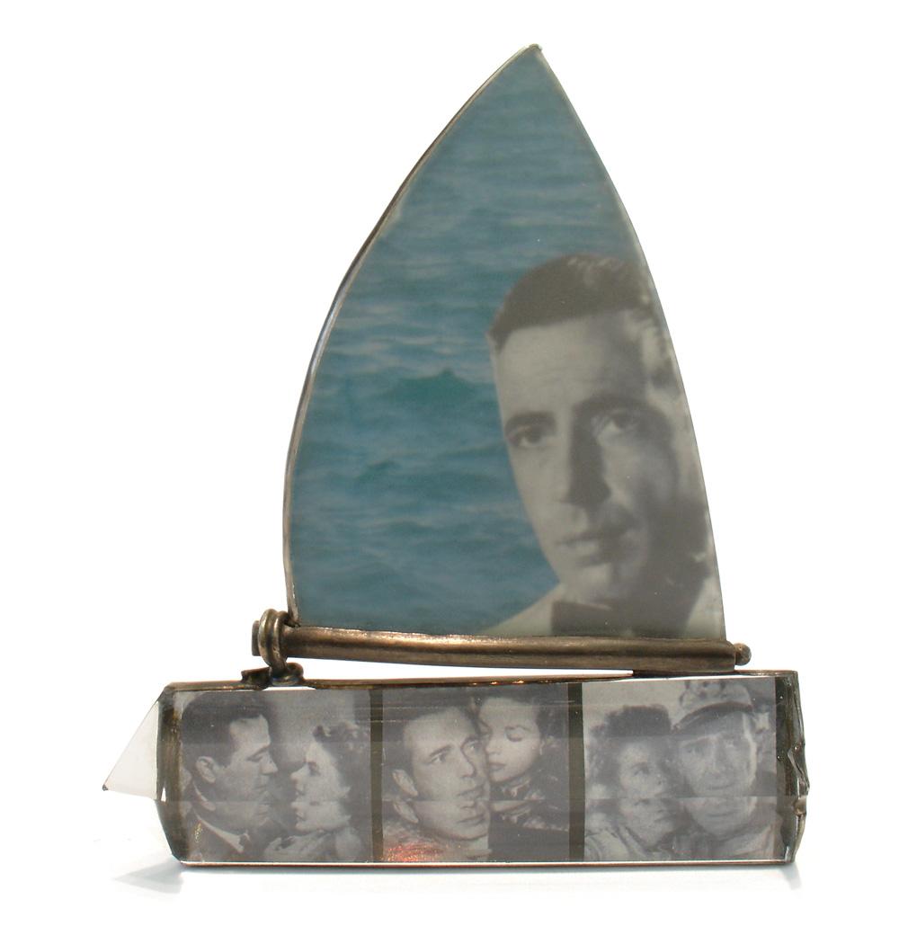 435 DG. Marianne Schliwinski. Brosche 'Humphrey Bogart'. Fundglas, Kristallglas, C-Print, Feinsilber, Silber. 2007. Foto Marianne Schliwinski