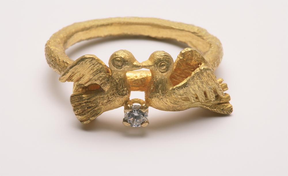 "Ebbe Weiss-Weingart. Ring ""Vögel"". Gold, Brillant. 1977. Foto: Helga Schulze-Brinkop"